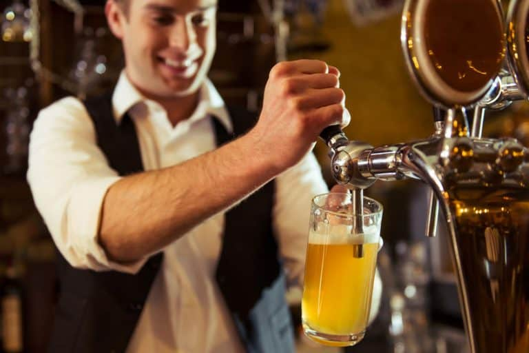 Hombre sirviendo cerveza