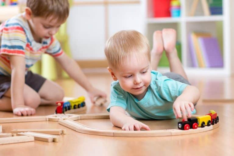 Dos niños jugando a juguetes de madera