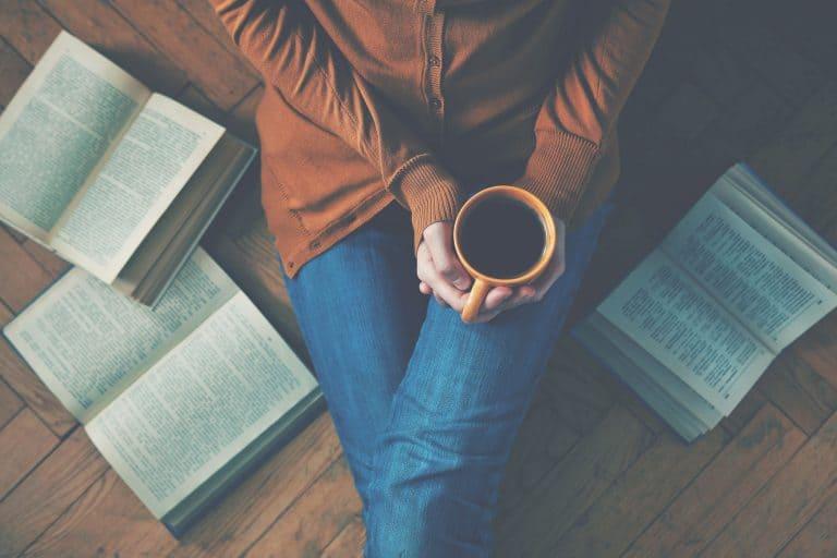 Mujer leyendo con café