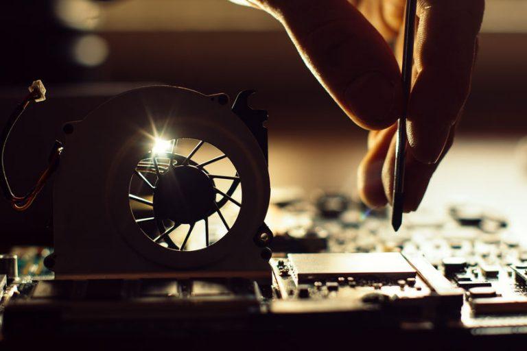 Técnico reparando máquina