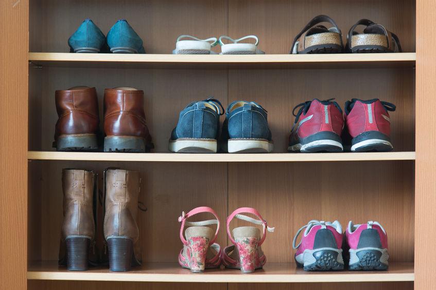 zapatera llena de zapatos
