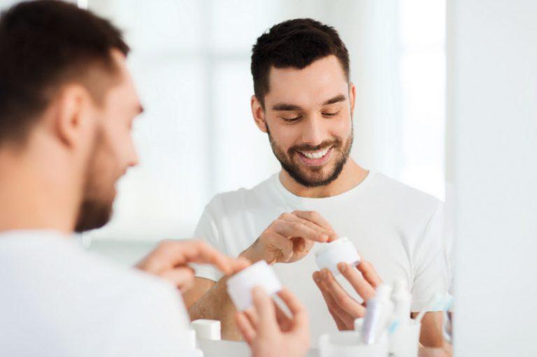 Hombre con bote de crema en sus manos