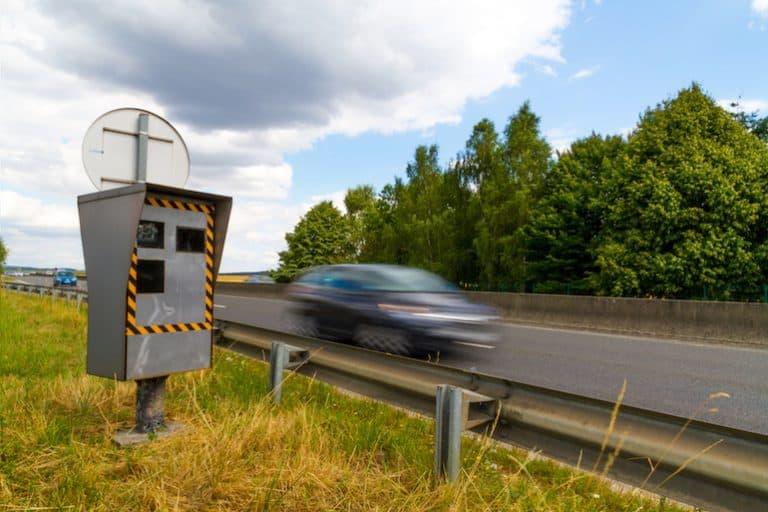Un radar controlando en una carretera