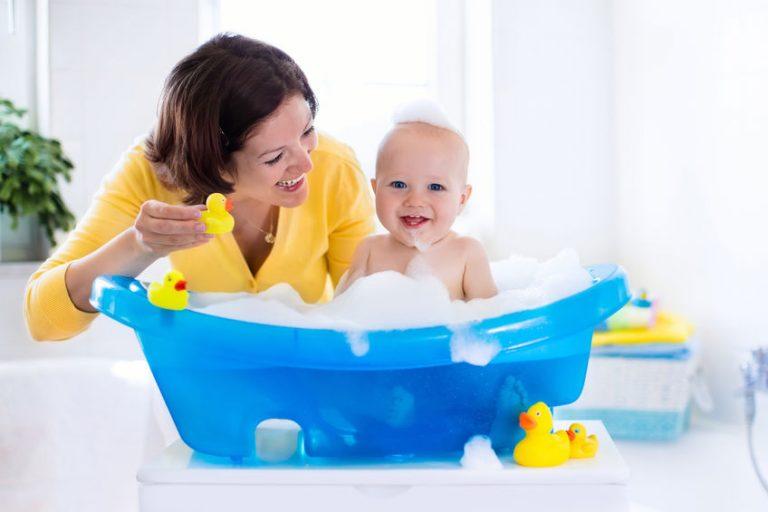 Mamá con bebé en bañera