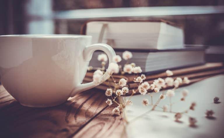 Café con libros de fondo