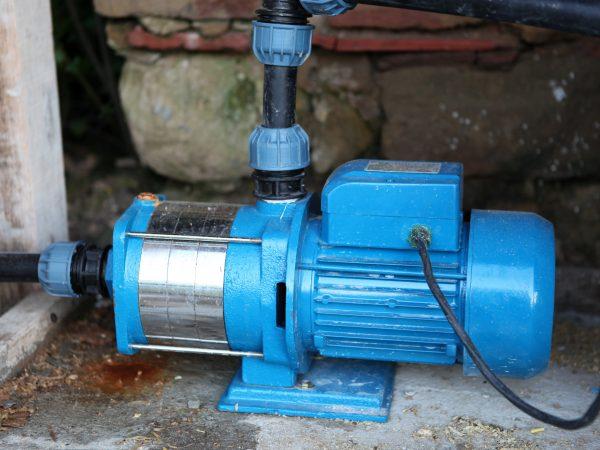 Bomba de agua azul