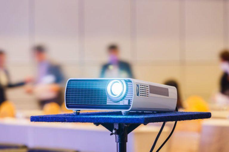 Un proyector en una clase