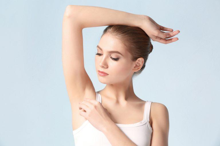 Mujer con brazo levantado