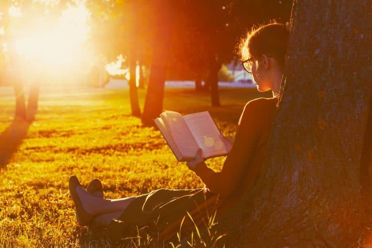 Joven leyendo al sol