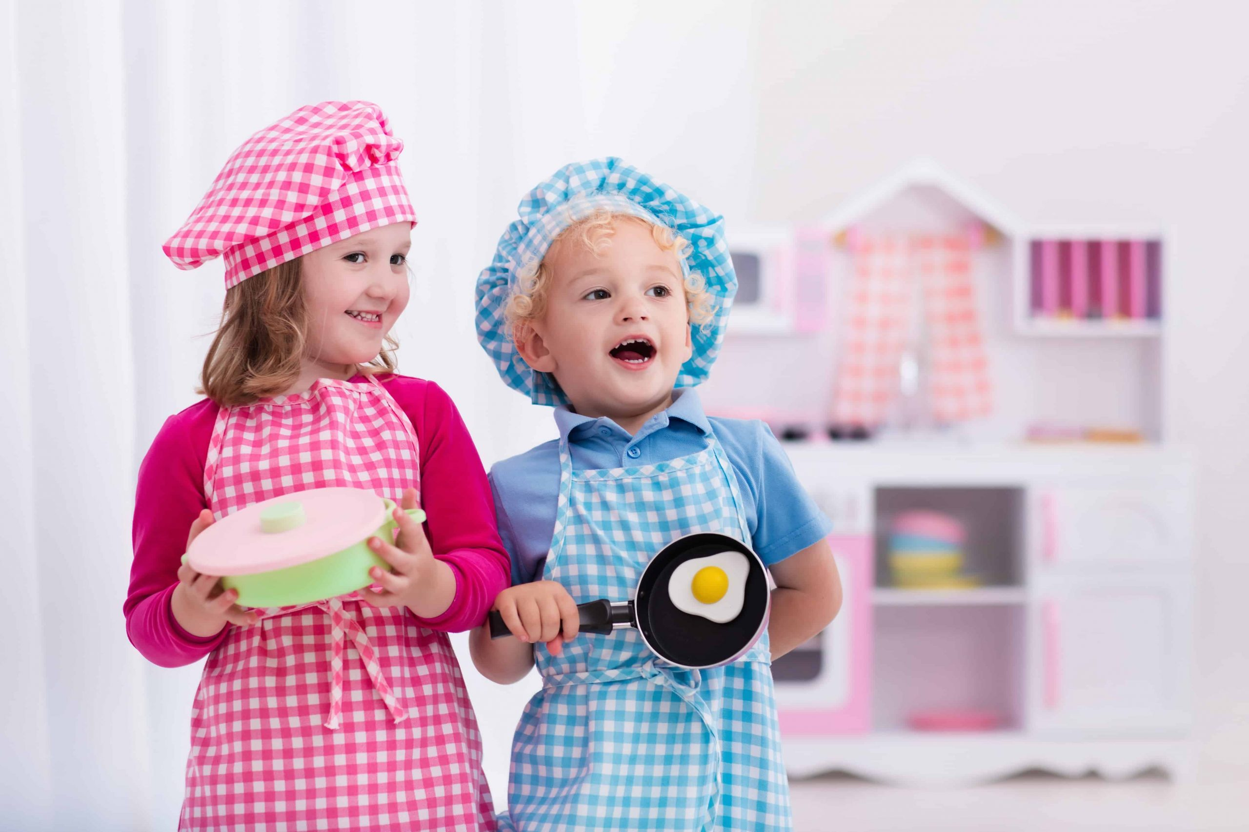 Niños jugando a ser chefs