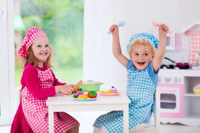 Niños alegres jugando