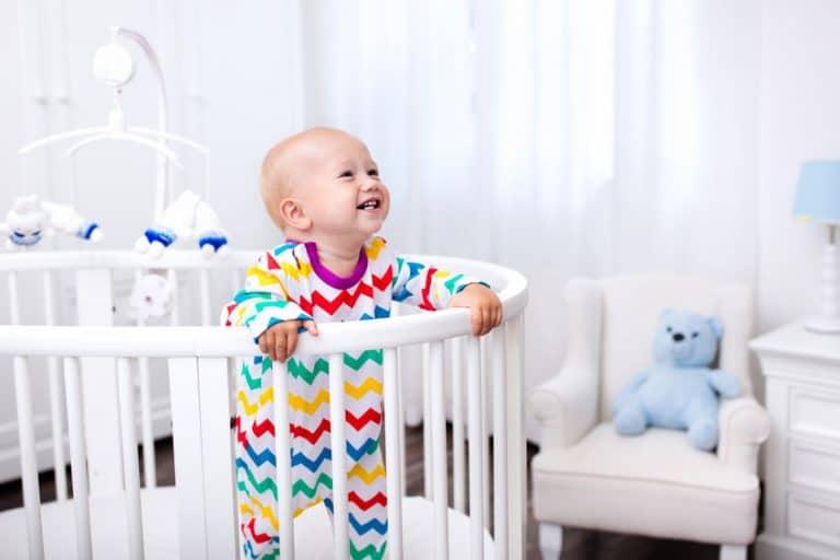 Bebé riendóse en su cuarto