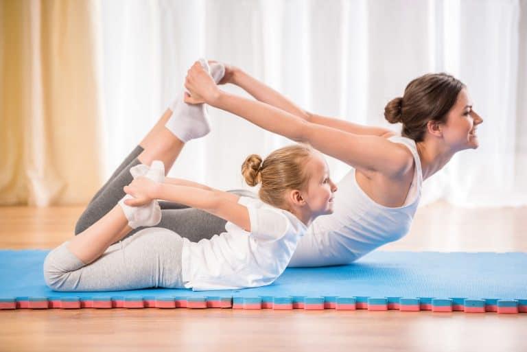 Madre e hija haciendo yoga juntas