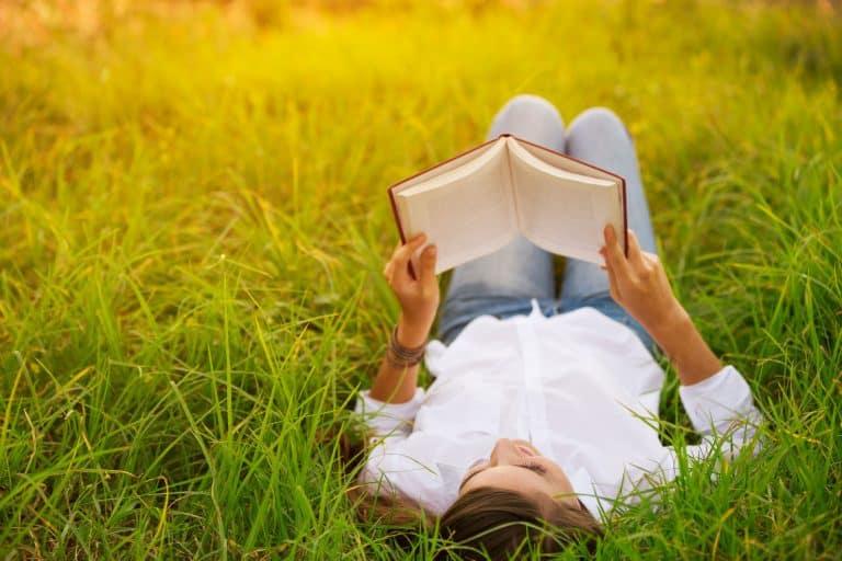 Una mujer leyendo en un parque