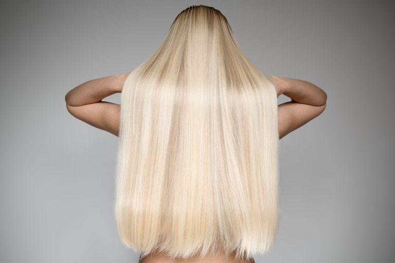 Mujer rubia con cabello largo