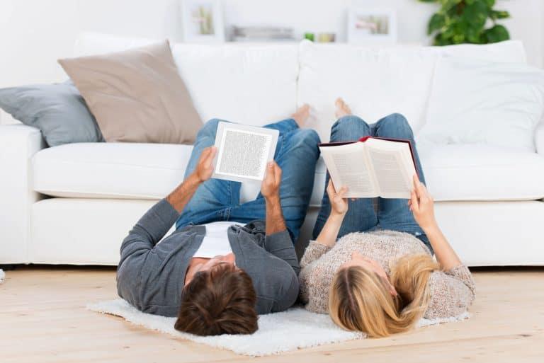 Una pareja leyendo en el sofá