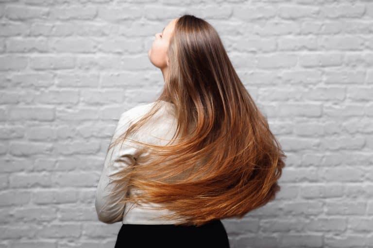Mujer mostrando su cabello largo
