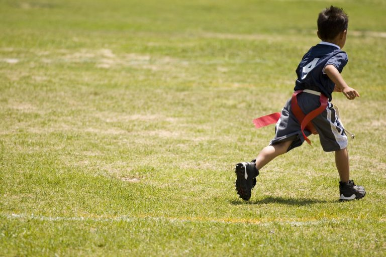Un niño corriendo en un parque