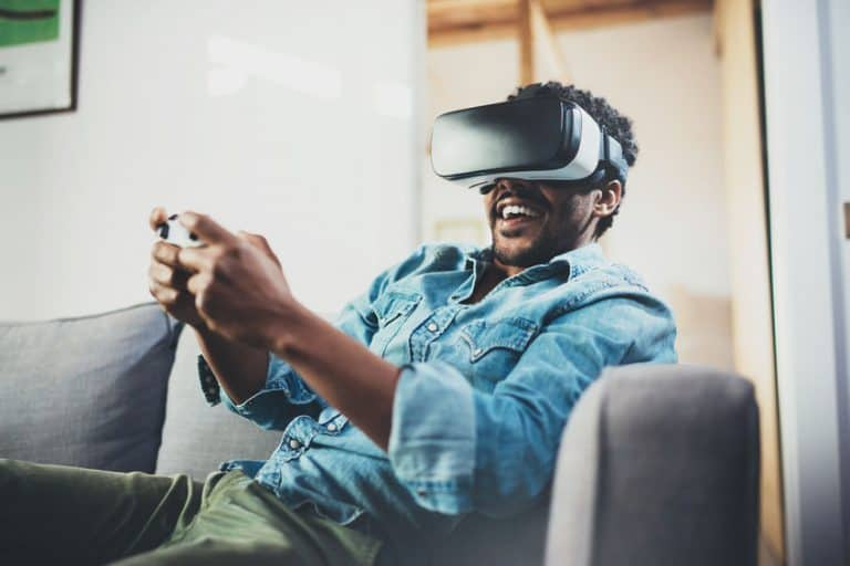 Un chico jugando con un casco virtual