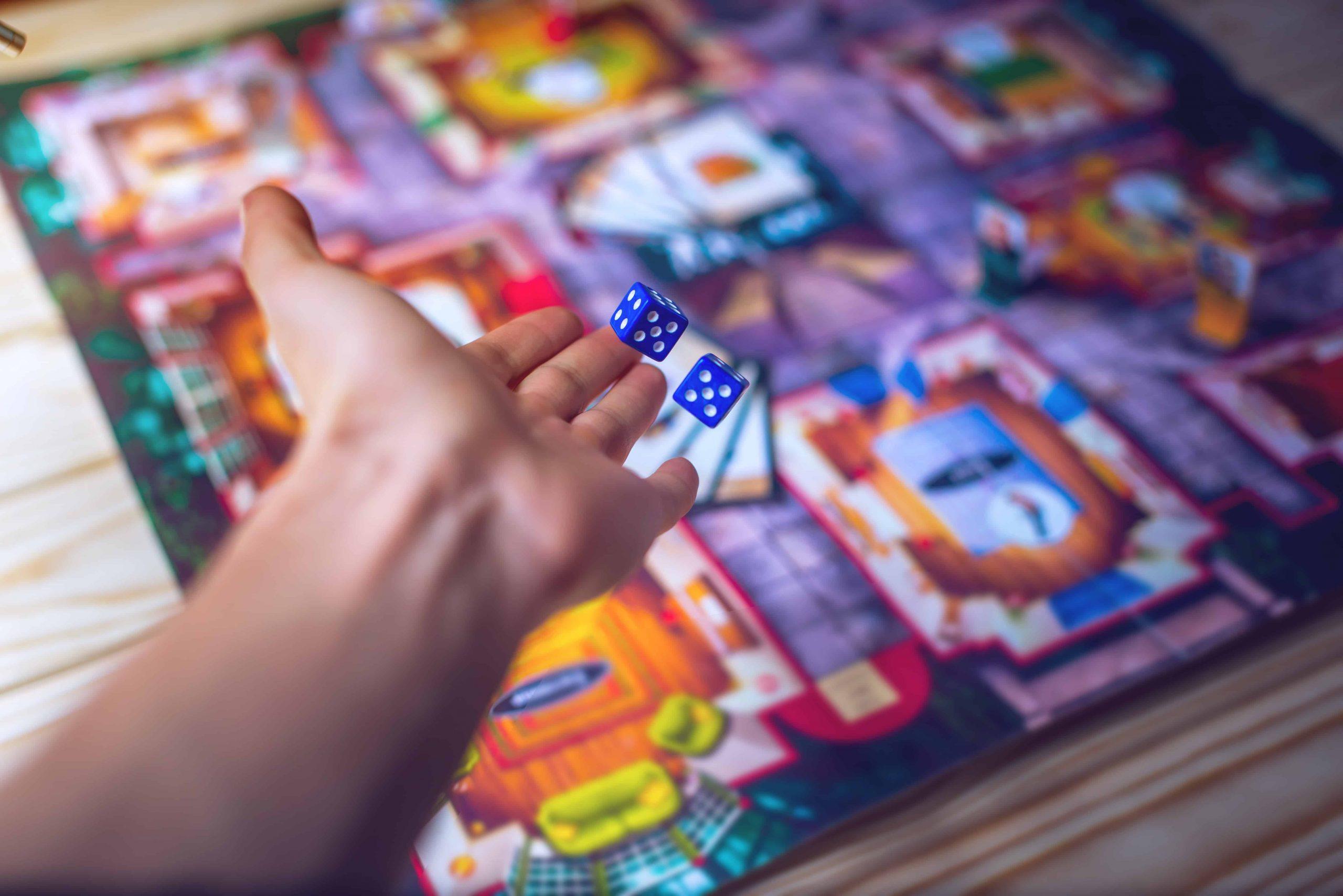Mano de una persona jugando a un juego de mesa
