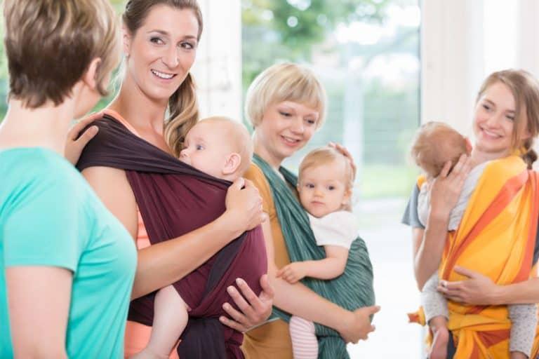 Varias madres con un fular portabebés