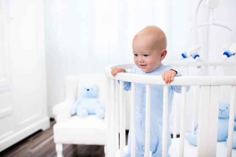 Bebé en cuna observando el piso