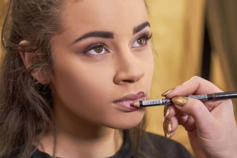 Mujer con perfilador de labios