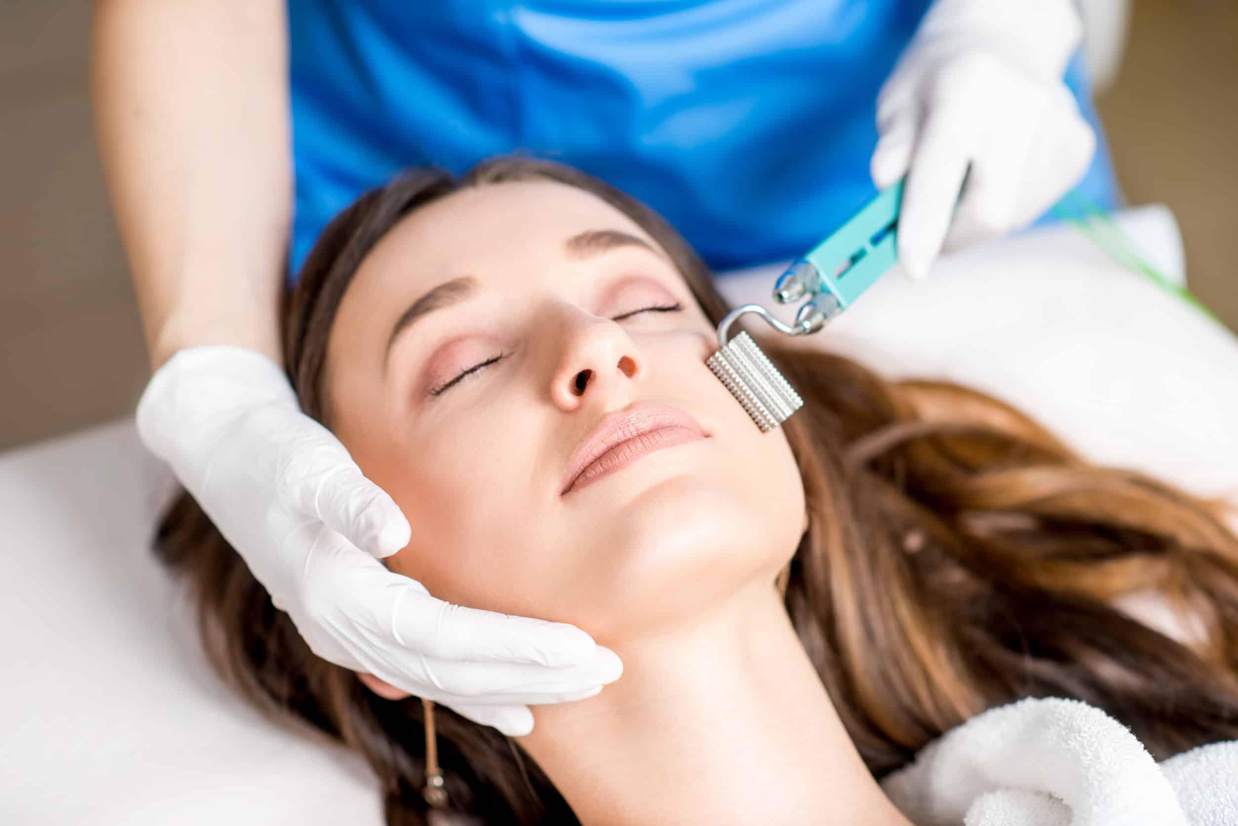 Mujer en tratamiento facial con rodillo