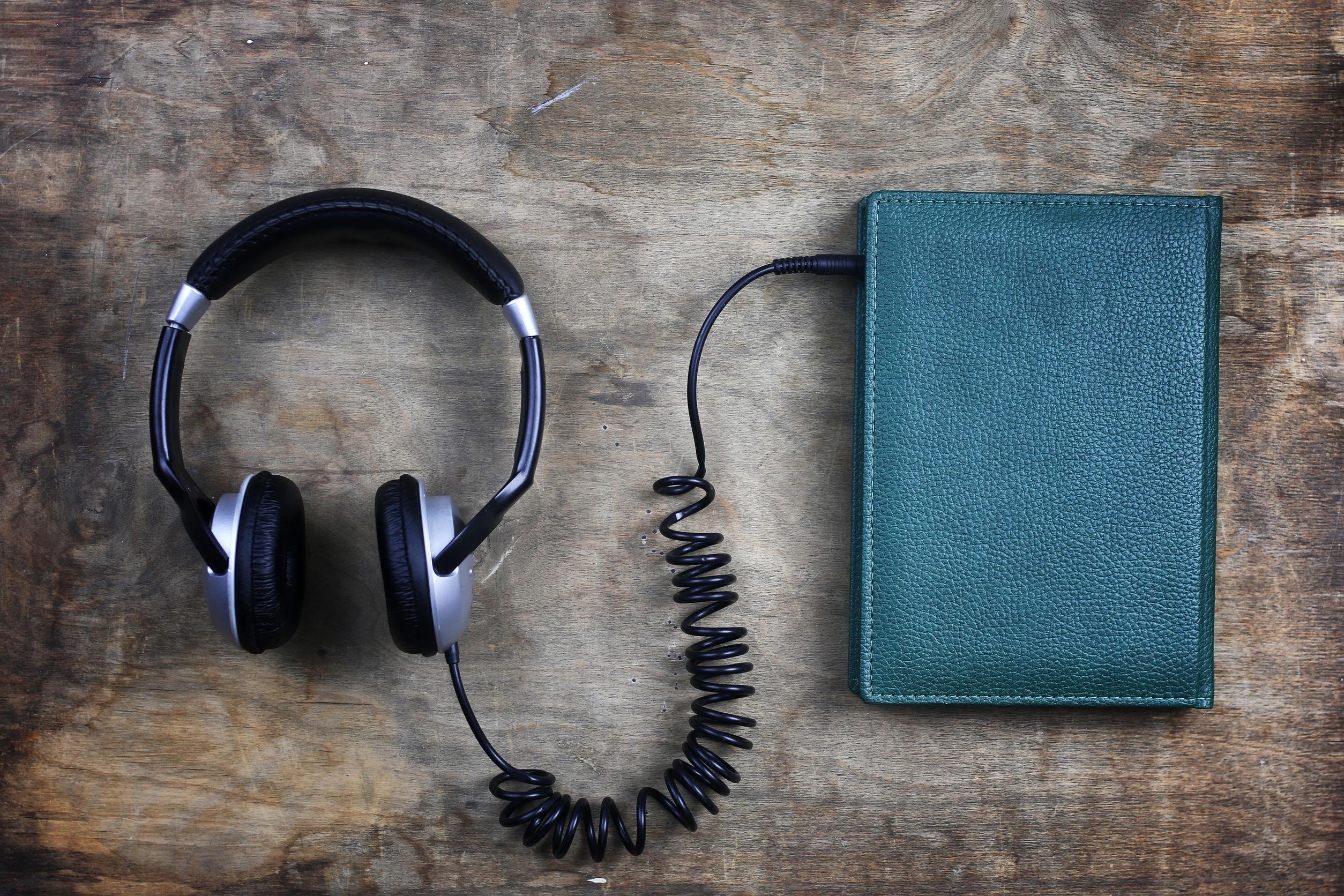 Libro siendo conectado por audífonos