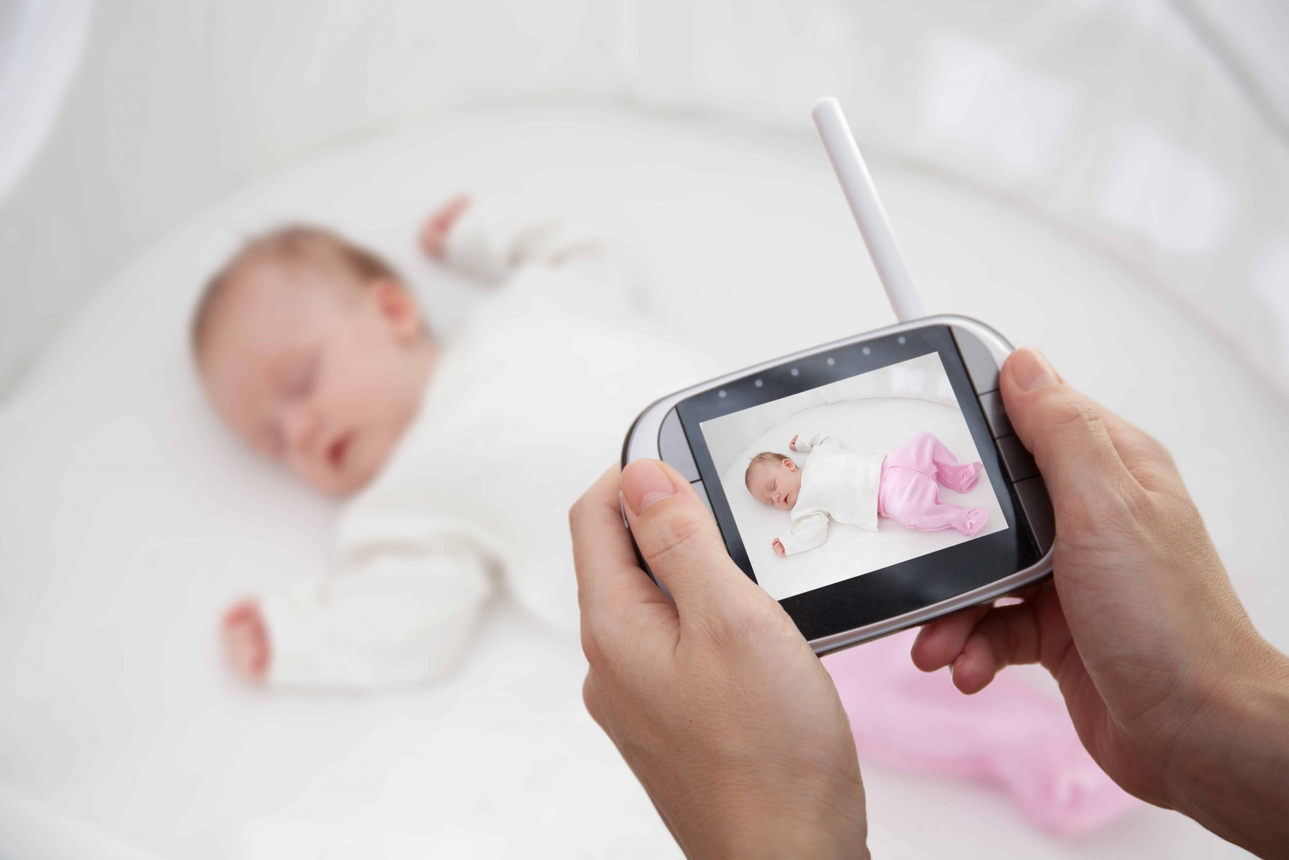 bebé visto en monitor
