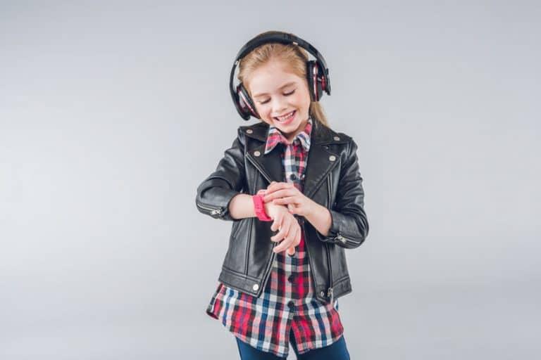 Una niña con un reloj digital