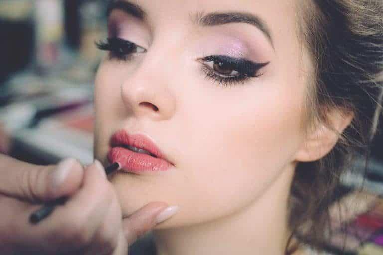 Mujer pintandose labios