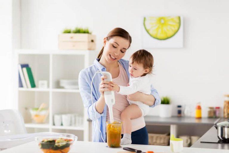 Una mujer con su hijo usando una batidora