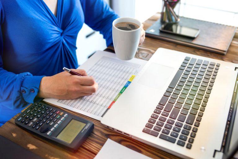 Una mujer en el trabajo usando una calculadora