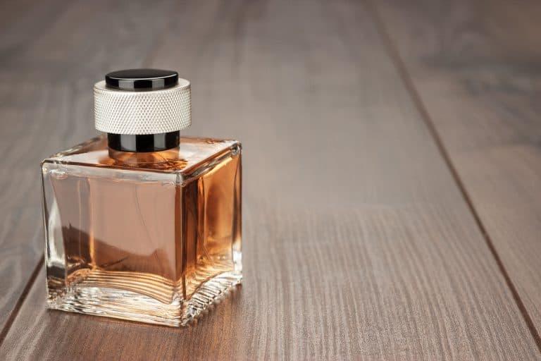 Perfumen con fondo de madera