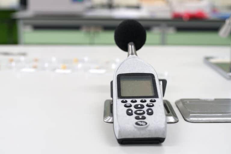 Sonometro en mesa de trabajo