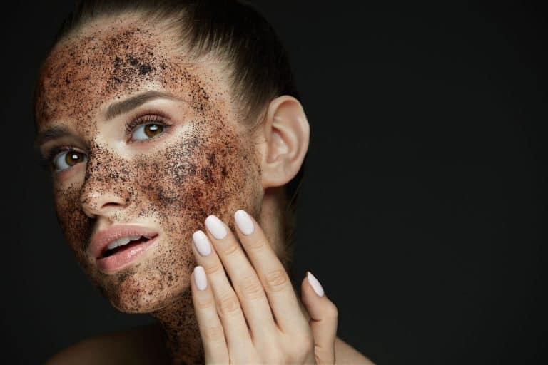 Una mujer con exfoliante en el rostro