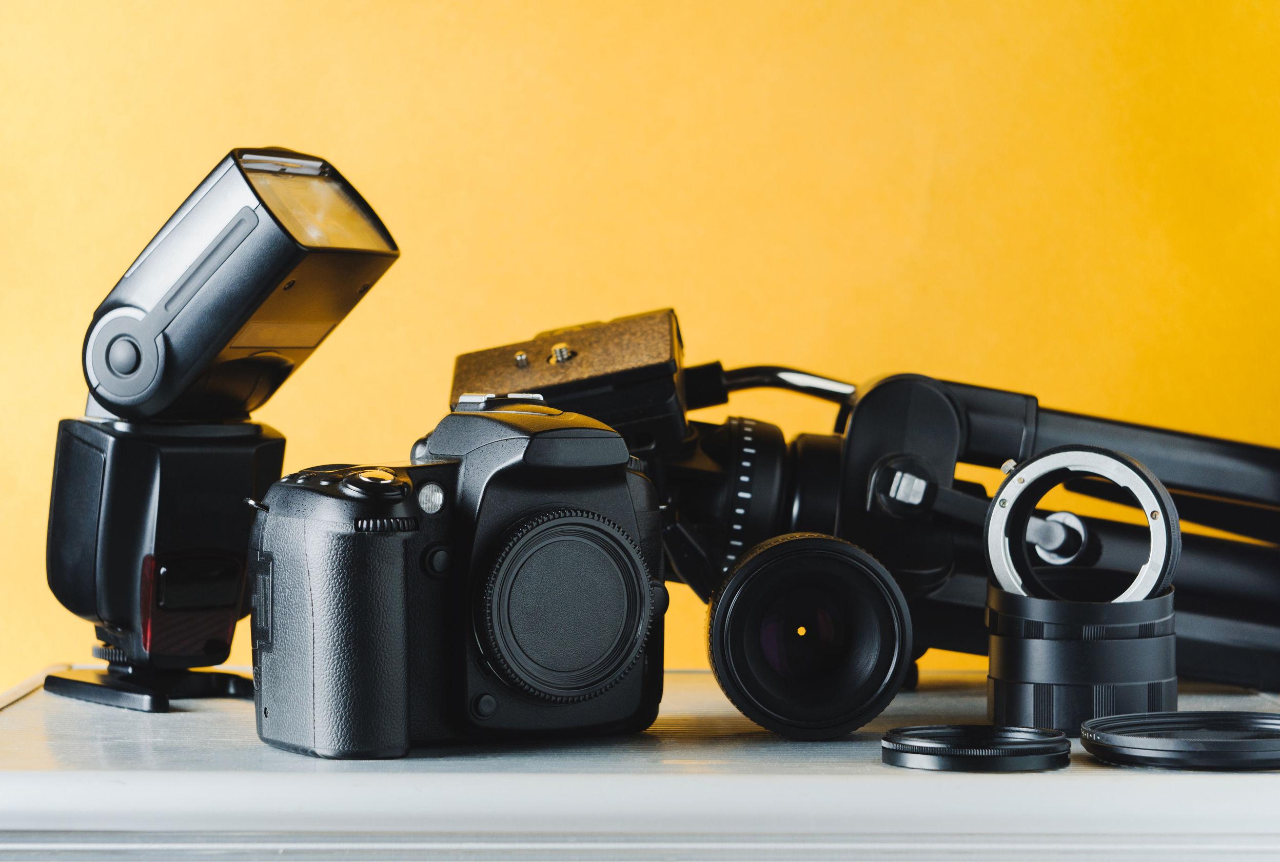 Set de cámara profesional en fondo amarillo
