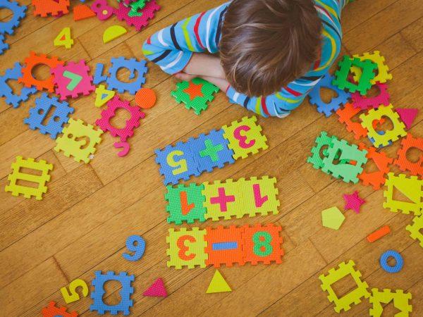 Un niño jugando en el suelo