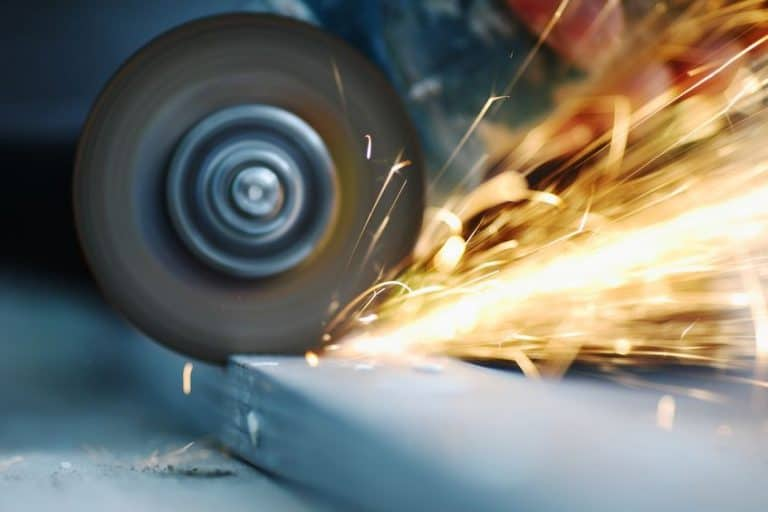 Sierra circular de metal con chispas