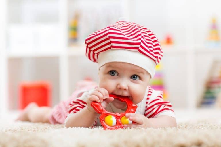 Adorable bebé con mordedor