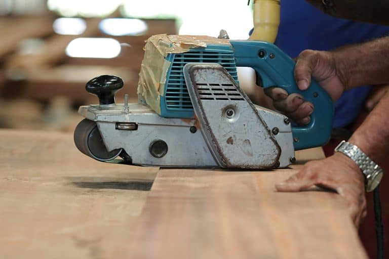 Lijadora de banda sobre madera