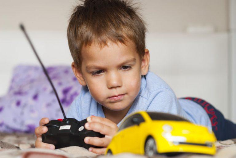 Niño con carro color amarillo