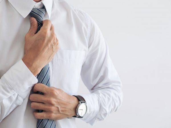 Hombre colocándose una corbata