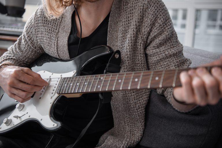Mujer con guitarra eléctrica