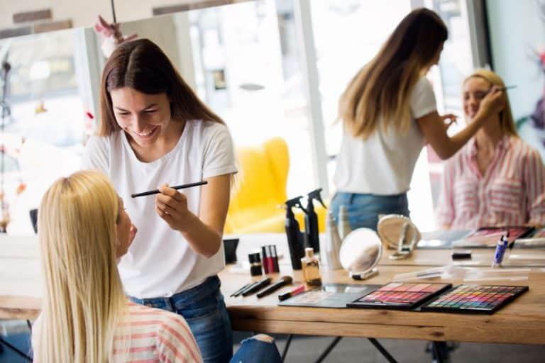 Una maquilladora profesional maquillando a una clienta