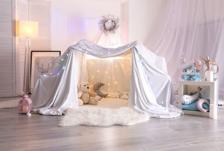 Un cuarto de niño decorado con luces