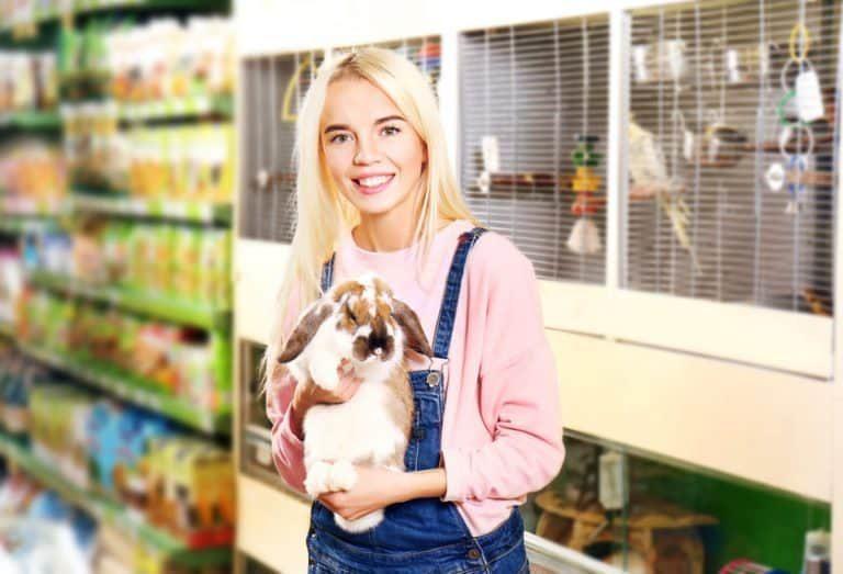Chica con un conejo en la tienda