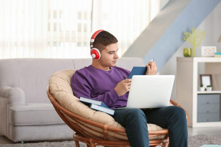 Persona con su portátil sobre sus piernas