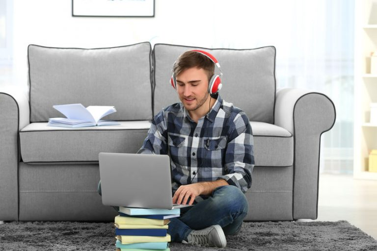 Hombre con su ordenador en la sala